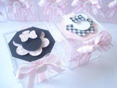 Uma linda lembrancinha para sua festa!!! Caixinha Acrilica decorada com tema Minnie em xadrez rosa Lacinha de organza e fita em cetim poá branco com preto, apliques de botões Caixinha tamanho 5x5x5  ***Temos em outros tamanhos - consultar valores  **** PEDIDO MINIMO DE 20 UNIDADES
