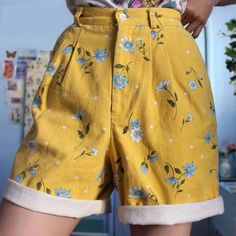 [Women] High Waist Flowers Printed Yellow Shorts Pants – Outfit Looks Vintage Shorts, Vintage Outfits, Retro Outfits, Short Outfits, Vintage Clothing, Aesthetic Fashion, Aesthetic Clothes, Aesthetic Vintage, 90s Aesthetic