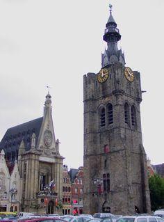 l'Hôtel de ville de Béthune et le beffroi. Town Hall and Belfry of Bethune. Nord Pas de Calais, France.