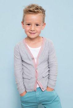 Podążając na najnowszymi trendami prezentowanymi na Pintereście, pokazujemy Wam 12 najbardziej uroczych fryzurek dla małych przystojniaków.
