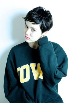 This pixie with bangs is adorable! My Hairstyle, Cute Hairstyles For Short Hair, Short Haircut, Pixie Hairstyles, Hair Inspo, Hair Inspiration, Short Styles, Long Hair Styles, Very Short Hair