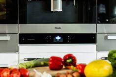 Verburg Audio ontwikkelde i.s.m. Harman Kardon een #revolutionair, écht Hifi #geluidssysteem voor de keuken: MaestroKitchen 100TM. Revolutionair, omdat MaestroKitchen 100TM het eerste systeem is dat in de keuken een top geluidsbeleving introduceert, zonder dat een extra apparaat en speakers op het keuken werkblad in de weg staan, en zonder storende kabels! De Harman Kardon MaestroKitchen 100TM vult iedere keuken met sfeer door topkwaliteit muziek en is nagenoeg onzichtbaar.