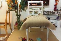 Cómo tapizar una silla, paso a paso - LA NACION Furniture Upholstery, Painted Furniture, Couch Design, Diy Sofa, Furniture Restoration, Home Staging, Furniture Makeover, Furniture Ideas, Home Projects
