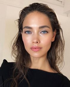 Here's a detailed explanation of where and how to use highlighter makeup, accompanied by some particularly pearlescent runway beauty photos. 15 ideas for natural makeup for work 30 Eye Makeup Tips For Beginners Makeup Tips, Beauty Makeup, Hair Beauty, Makeup Ideas, Makeup Tutorials, Beauty Skin, Glow Makeup, Runway Makeup, Bridal Makeup
