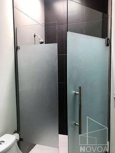 Cancel para Baño de Vidrio Templado con Puerta Abatible y Diseño en Arenado. Bathroom Medicine Cabinet, Master Bathroom, House, Ideal Home, Cuisine, Ideas, Role Models, Glass Shower Doors, Bathroom Doors