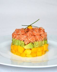 Tartare de saumon, avocat et mangue Salmon tartare, avocado and mango