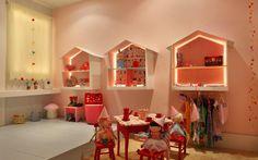 As casinhas de boneca na parede do quarto da menina, assinado por Patricia Morganti, se transformaram em prateleiras iluminadas. Foto: Divulgação
