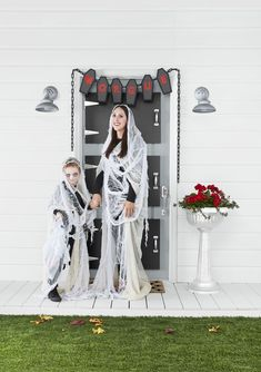 Easy DIY Halloween Costumes for Women - Real Time - Diet, Exercise, Fitness, Finance You for Healthy articles ideas Easy Halloween Costumes For Women, Homemade Halloween Costumes, Easy Costumes, Family Halloween Costumes, Halloween Dress, Halloween Kostüm, Halloween Couples, Costume Ideas, Group Costumes