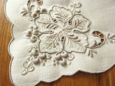 """BEAUTIFUL Vintage 12 Linen Napkins Embroidered 3-D Grapes and Leaves 17"""" CLEAN"""