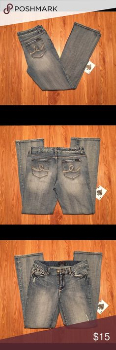 """Seven7 Distressed Wash Bootcut Jeans Size 8 A Great Pair Of Seven7 Distressed Bootcut Jeans Size 8, Measured At 30x32 With 9"""" Rise. In Excellent Used Condition With Beautifully Embellished Back Pockets (Please See Photos). Seven7 Jeans Boot Cut"""