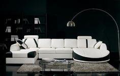 salon blanc et noir- canapé design, lampadaire et tapis shaggy gris