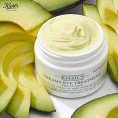 Formulado com Óleo de Abacate e Vitaminas A e E, o Creamy Eye Treatment With Avocado, imediatamente após a aplicação, adquire uma textura amanteigada na pele!