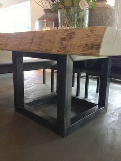 Eetkamer woonboerderij - boomstamtafel op stalen onderstel - door Molitli Interieurmakers