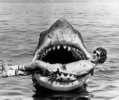 Steven Spielberg jugando con un tiburón de robot en la película Jaws set, c. 1974