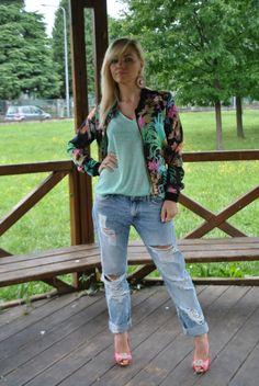 BOYFRIEND JEANS AND FLORAL BOMBER by MariaFelicia Magno on @Sbaam http://sba.am/2m9pojkgf0bg #outfit #fashion #moda #fashionblogger #mariafeliciamagno #bomber #boyfriendjeans
