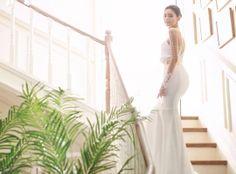 첫눈에 반했던 그날처럼 변함없이 사랑스러운 어린 신부의 결혼식, 로이by아일랜드의 웨딩드레스를 입은 그녀를 드레스가든에서 만난다.-2Designed by Roy by Island자수 레이스에 은은한 비즈,날씬해 보이는 라인이 강조된 세미 A라인 드레스.이어링과 브레이슬럿 미네타피치톤 롱슬리브, 진주 비즈로 포인트를 주어 단아하면서도 사랑스러운 분위기를 연출하는 레이스 벨 드레스.턱…