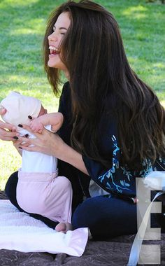 from Selena Gomez and Baby Sister Gracie Elliot: First Look! Selena Gomez lacht mit Baby-Schwester Gracie Elliot: First Look! Alex Russo, Fotos Selena Gomez, Selena Gomez Kids, Carlson Young, Divas, Bae, Marie Gomez, Spy Kids, Baby Sister