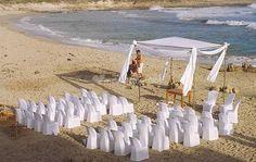 un casamiento en la playa combina la intimidad deseada, tiene como protagonista principal la naturaleza y sus escenarios soñados al mismo tiempo que fusiona a la perfección un festejo inigualable