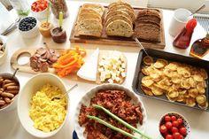 Luksus fødselsdagsbrunch med hjemmelavet müsli, saltkaramel, nutella, mini pølsehorn, røræg, bacon og meget mere. Se opskrifter og billeder her.