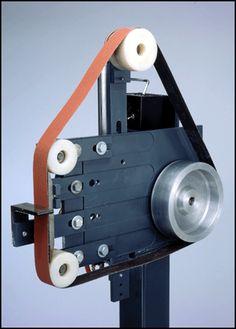 Information and ideas for DIY 2 x 72 belt grinder / sander making for woodworking, metal, and knife making Knife Grinder, Bench Grinder, 2x72 Belt Grinder Plans, Diy Belt Sander, Knife Making Tools, Welding Shop, Diy Belts, Blacksmith Tools, Grinding Machine