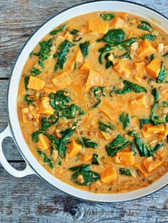 GRØNNSAKSCURRY med søtpotet, spinat og linser i 5 steg Raw Food Recipes, Vegetarian Recipes, One Pot Wonders, Meatless Monday, Thai Red Curry, Nom Nom, Bacon, Beverages, Food And Drink