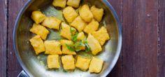Lentil-ricotta gnocchi pan-fried in tumeric butter. Se hace sustituyendo el pure de zapallo por pure de lentejas naranjas en la siguiente receta. http://steamykitchen.com/6515-pan-fried-pumpkin-gnocchi-browned-butter-sage.html