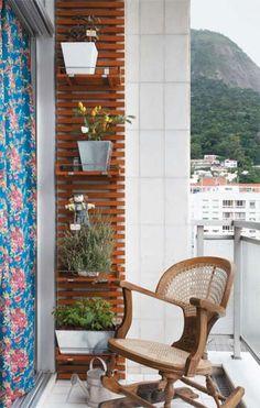 Para que a horta não roubasse a área de circulação na varanda, de apenas 4 m², a arquiteta Ana Paula Souza criou um painel vertical com ripas de cumaru. Ganchos de metal reguláveis sustentam as prateleiras. Cortina do Atelier Clementtina.