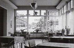 Hotel Jans, kijkend in de Koninginneweg met rechts Ben Ebbing Hilversum