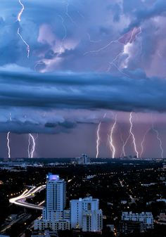 Lightning Storm over Miami, Florida. Beautiful Clouds over a City of Darkness. All Nature, Science And Nature, Amazing Nature, Weather Cloud, Wild Weather, Beautiful Sky, Beautiful World, Fuerza Natural, Cool Pictures