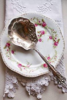 brocante servies met roze roosjes - Google zoeken (pinterest.com)