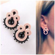 Black pink soutache stud earrings, Pastel goth earrings, Blush pink small earrings, Lolita earrings, Soutache jewelry by MayreAccessori on Etsy La mejor imagen sobre Joyas. Quilling Jewelry, Soutache Jewelry, Beaded Earrings, Stud Earrings, Jewelry Knots, Metal Jewelry, Handmade Necklaces, Handmade Jewelry, Small Earrings