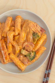 spicy carbonara tteokbokki Korean Street Food, Korean Food, Asian Recipes, Healthy Recipes, Aesthetic Food, Sweet And Spicy, Light Recipes, Food Cravings, Food Porn
