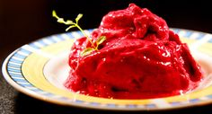 Frossen smoothie  4-8 glass) Du trenger: 1 pose frosne bær (jordbær, bringebær og blåbær funker fint) 3–5 dl Biola naturell yoghurt (eventuelt yoghurt med 0,1 % fett) Sukker eller søtstoff etter smak. Vær gjerrig og begynn med 2 ss sukker til hele porsjonen. Slik gjør du det: Kjøres i kjøkkenmaskin eller med stavmikser. Spises med velbehag!