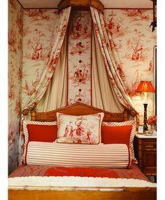 a ideia de usar a mesma estampa na parede e no tecido sobre a cama é fantastica