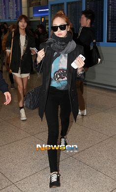 airport fashion:skinnies & flats, light coat & scarf