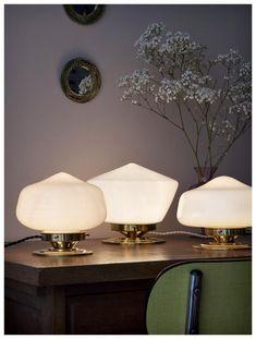Globe vintage en opaline blanche / socle et griffe laiton