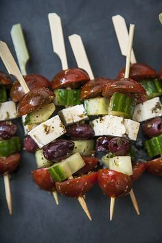 Brochettes de salade grecque - The Best German Recipes Easy To Make Appetizers, Appetizer Recipes, Antipasto, Fingers Food, Tapas Party, Cooking Recipes, Healthy Recipes, Greek Salad, Appetisers