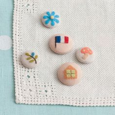 embroidered buttons (simple, nature)