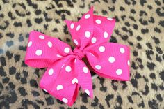 My favorite pinwheel tutorial-JG Pink So Foxy: How To Make A Pinwheel BowThis video tutorial describes how to make a pinwheel bow with tails. All supplies needed to make this hair bow are available on our website: www.*OPEN ME* How To Make A Hair Bow tuto Easy Hair Bows, Ribbon Hair Bows, Making Hair Bows, Girl Hair Bows, Bow Making, Ribbon Flower, Diy Ribbon, How To Make Pinwheels, How To Make Bows