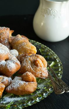"""Η κουζίνα του Πόντου είναι μια ξεχωριστή, ιδιαίτερη κουζίνα εξ"""" ολοκλήρου βασισμένη στον τρόπο ζωής, στα ήθη τα έθιμα και την προκοπή της νοικοκυράς να αναδεικνύει ότι έφτανε στα χέρια της! Ίσως είναι η κουζίνα με Sweet Buns, Sweet Pie, Sweet Desserts, Dessert Recipes, Greek Sweets, Yams, Greek Recipes, Pretzel Bites, Baked Potato"""