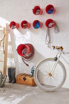 Eimer sorgen für Ordnung // Im Keller oder der Garage ist es oft unordentlich, weil alles durcheinanderliegt. Es geht aber auch anders: Eimer lackieren, mit Klebeschrauben an der Wand befestigen, und schon hat jedes Teil seinen Platz.