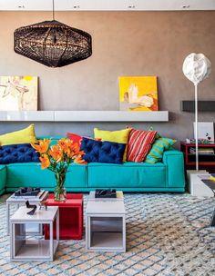 Os diversos cubos formando uma ou mais mesinhas é uma ótima ideia (e podem ser assentos tbém) O suporte para os quadros acima do sofá facilitam a variação.
