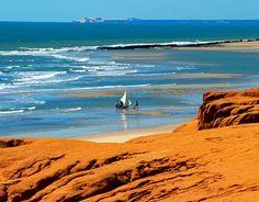 Nordeste  Canoa Quebrada, Ceará  Localizada a cerca de 170 km de Fortaleza, a praia de Canoa Quebrada forma um dos mais belos cartões-postais do litoral cearense. Dunas e falésias avermelhadas de mais de 30 metros cercam uma praia de areia branca com águas límpidas.    Foto: Visit Brasil/Divulgação