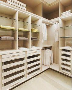 Objeto de desejo de toda vaidosa de plantão: o tão sonhado closet. Alguns preferem ele aberto outros fechado. Eu prefiro fechado e você?