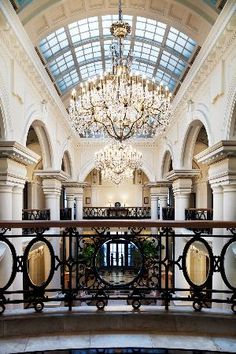 Waldorf Astoria Shanghai on the Bund offers 5 star luxury while staying in Shanghai. Enjoy your stay in this luxury Shanghai hotel. Shanghai Bund, Shanghai Hotels, Lux Hotels, Entry Stairs, The Bund, Vintage Hotels, Waldorf Astoria, Hall Design, Dream Home Design
