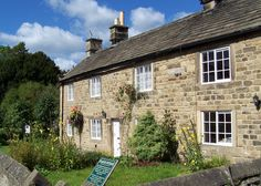 These cottages were where the first deaths of the plague occured. They carry a plaque giving details of people who died in each house. Peak District, Derbyshire, British Isles, Countryside, Cabin, House Styles, Places, Cottages, Home