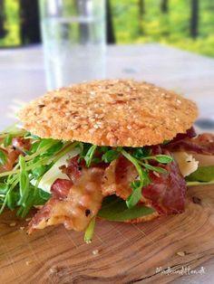 LCHF-burgerbolle med ost og bacon