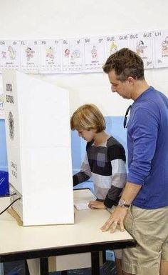 Luciano Huck descumpre lei eleitoral na hora do voto