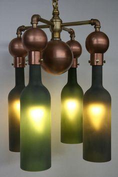 Lámpara con botellas de vino recicladas. #reciclaje #ambientalismo #ecologismo