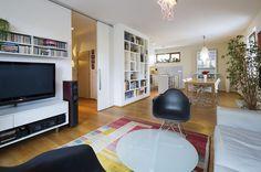 Hlavní obývací prostor oddělují od předsíně posuvné velkoformátové dveře, které